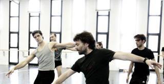 le prove in sala Massimiliano Volpini Roberto Bolle e il Corpo di Ballo ph Brescia e Amisano   Teatro alla Scala K65A6157 v