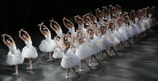 il corpo di ballo e le allieve della scuola di ballo dell'acc