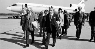73 6949PIN L'arrivo delle masse artistiche per la tournée del Bolshoj alla Scala per Eugenio Oneghin 1973 ph Erio Piccagliani